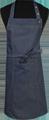 Detail foto van Halterschort voorzien van 2 locknaden met zak ertussen. Dubbel doorgestikt. Extra lange strikbanden. Verstelbare nekband d.m.v. drukkers. - Blue Camel