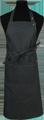 Detail foto van Halterschort voorzien van een dubbel opgestikte zak met rivetten en een verstelbare nekband d.m.v. drukkers. Extra lange strikbanden waardoor het schort voor gestrikt kan worden. - Black zilver