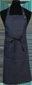 Detail foto van Halterschort voorzien van een dubbel opgestikte zak met rivetten en een verstelbare nekband d.m.v. drukkers. Extra lange strikbanden waardoor het schort voor gestrikt kan worden. - Blue Camel