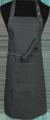 Detail foto van Halterschort voorzien van een dubbel opgestikte zak met rivetten en een verstelbare nekband d.m.v. drukkers. Extra lange strikbanden waardoor het schort voor gestrikt kan worden. - Blue zilver