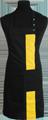 Detail foto van Halterschort met zak in 2e gedeeld en gekleurde baan van 8 cm breed met verstelbare nekband d.m.v. drukkers. - Geel