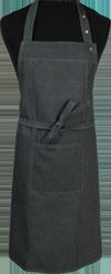 Paspop foto van Halterschort voorzien van 2 locknaden met zak ertussen. Dubbel doorgestikt. Extra lange strikbanden. Verstelbare nekband d.m.v. drukkers.